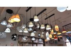本厂主要经营吊灯,吸顶灯,餐吊灯,壁灯 有需要的朋友加chdxk07088386